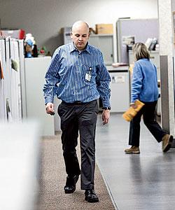 Джош Стерн на работе в банке