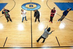 Занятие физкультурой и танцами для молодых людей с аутизмом в Бродвью.